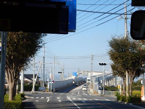途中、ベタ踏み坂と言われる急な坂の橋を通る。<br />正式には江島大橋。