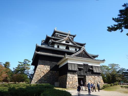 松江でレンタカーを借りて早速松江城へ。<br />漆黒の天守閣が格好いい。
