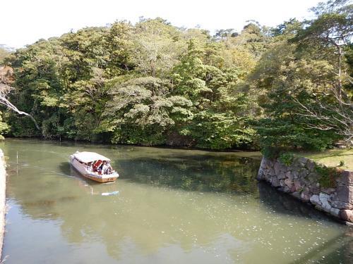 松江城のお堀には観光船が。<br />橋の下をくぐるときは屋根を低くするとのこと。