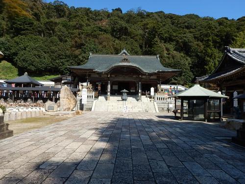松江城から23km、一畑薬師。<br />本尊は薬師如来で、目の病に御利益がある。<br />また、漫画家の水木しげるゆかりの寺院とあって、モニュメントが境内に点在する。<br />境内は広く、拝観目安は30分。<br />授与所で御朱印を頂ける。
