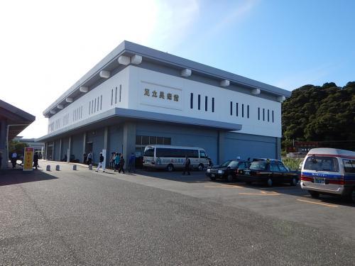 続いて足立美術館。<br /><br />観光客、入場料、庭園の美しさなど数々の日本一を誇る。<br />有名な美術館とだけあって駐車場も広大、観光バスも多い。