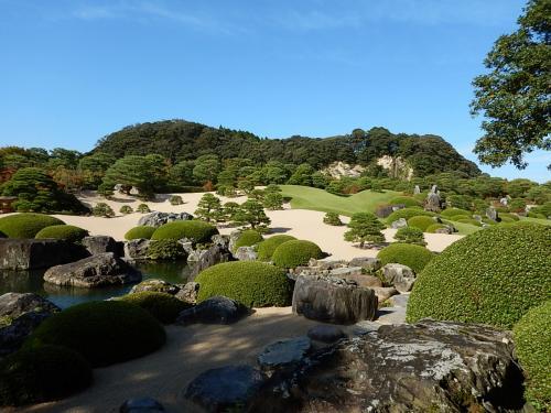 遠くの山も風景の一部。いわゆる借景。<br />白砂青松庭という庭だが、まさに文字のごとき庭である。