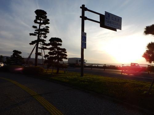 宍道湖畔にある夕日スポットテラスに到着。<br />宍道湖に沈む夕日を鑑賞できるボードウォークになっている。<br /><br />この日の日没は17:33、到着は17時だったが、既に駐車場は満車で、<br />三脚を立てた撮影者たちが多数日没を待っていた。