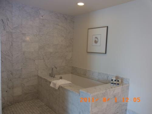 これはメインベッドルームにあるバスルーム。<br /><br />大理石のバスタブなのですが、<br />少し深いので またぐのが大変です。<br />