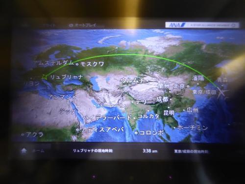 こんな感じでリュブリャナまで直行です。<br /><br />機長が「現在のリュブリャナは22度、12時間の飛行時間です」とアナウンス。<br /><br />結構な長旅ですが、乗り継ぎなしなのは楽ちん。