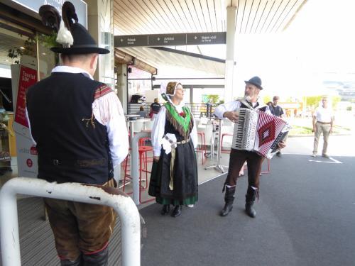 空港の出口では、民族衣装の人たちが生演奏で歓迎です。