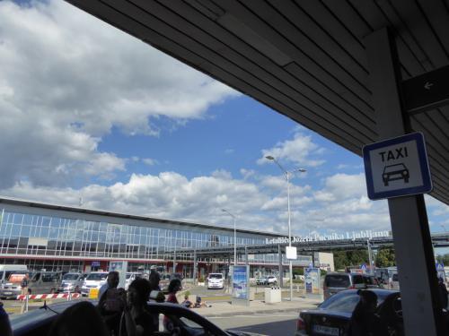 空港の建物。国際空港とはいえ小さな建物です。
