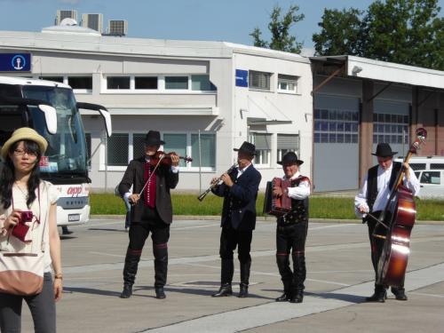 バスの前にも楽団がいました。