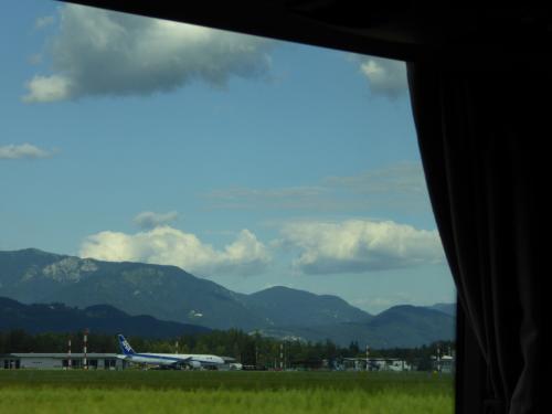 我々の乗ってきた飛行機。空港周辺には柵がない?