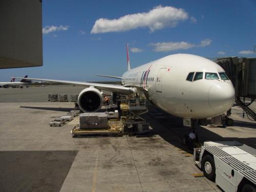 それにしても、よりによってこんな怪しげな島・・・<br /><br />入国審査のとき、果たして私はハワイに入国できるのだろうか。<br /><br />青い空を見上げて、思いっきりハワイの空気を吸い込みます。<br />もし・・・入国できなかったら・・・<br /><br />今、降りてきたあの飛行機に乗って私だけ帰るのだろうか・・・<br /><br />そ、そんなぁ(>o<)<br /><br />・・・とハラハラしましたが、無事入国できました。\(^o^)/