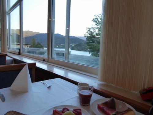 ホテルの朝食。ブレッド湖が見える場所を陣取ります。