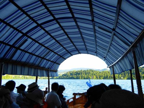 ボートは15人乗りぐらい。我々のグループは2隻に分かれて乗船します。<br /><br />実は、出航直後に湖にサングラスを落とした人が・・・(>_<)<br /><br />すかさずツアコンKWさんが「ブレッド湖にプレゼントしたことに」と笑顔でフォロー。こういう対応が重要ですね。旅のささいなトラブルは前向きに受け止めましょう(^o^)