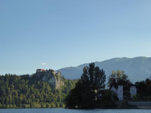 ブレッド城が見えます。やはり昨日の午後よりいい感じです。後で訪問します。