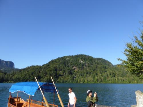ブレット湖は冬はマイナス30度まで冷えるそうです。スケートもできます。ところが、最近は温暖化が進み、去年は凍らなかったとか。