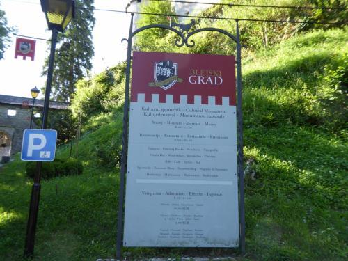 城の看板。入場料は10ユーロ。美術館は8時から21時までオープン。レストランは11時から22時までです。