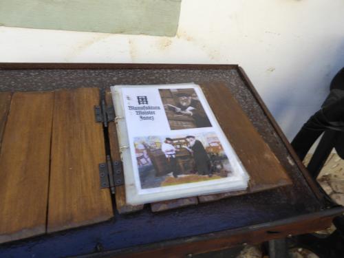 昔ながらの方法で印刷をしているようです。グーテンベルクが発明したあれかな?