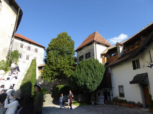 城の中庭を通って展望台に向かいます。内部はそれほど広くはありません。