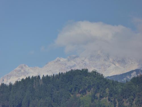 ツアコンKWさんが「トリグラフ山が見えますよ!」と教えてくれました。<br /><br />見られないときも多いようです。トリグラフは「三つの岳」の意味。スロベニアの国旗にも描かれてます。<br /><br />ところが肝心の山頂に雲がかかったまま。ちょっと待ってみましょう。<br /><br />・・・粘ったけど、これが限度でした。