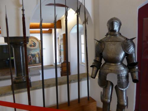 中世の甲冑と槍。手入れがいいのかピカピカです。日本の鎧だと結構ボロボロになってしまったのを見かけますが・・・。ひょっとしてレプリカの展示品?