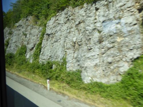 バスは高速道路を飛ばします。早くも石灰岩の法面がむきだしです。