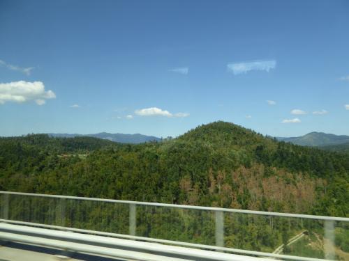 カルスト地方に向かいます。スロベニアの南西部ですね。<br /><br />「カルスト地形」の語源になったこの地方は、石灰岩の地層が多く、川の浸食で各地に鍾乳洞ができているのです。石灰岩は水に溶けやすいため。