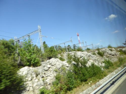 高速道路に並行して鉄道もありました。<br /><br />石灰岩がむき出しになっているのに注目。