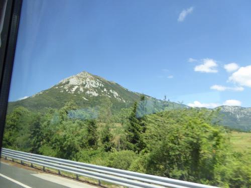 石灰岩がむき出しの山が見えます。まもなく到着です。