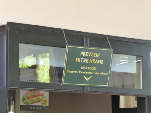 鍾乳洞に入る前に昼食です。実は看板を撮影したつもりで、隣のファーストフードの店を撮ってました。<br /><br />レストランの名前は「Gostilna Mahnic」です。