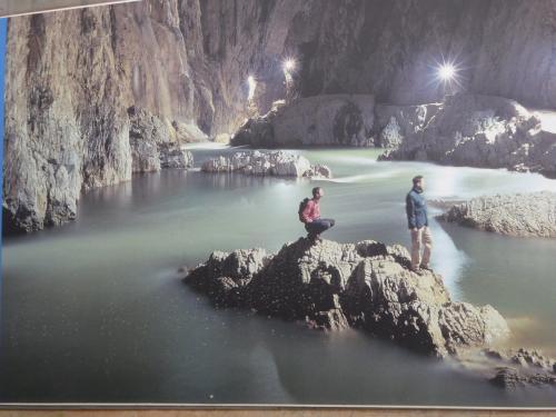 これは入り口前のパネル写真。一番深いところで地下223メートルだとか。<br />