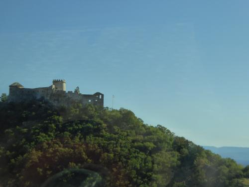山の上に城らしきものが見えました。グーグルマップだとトルサット城?です。