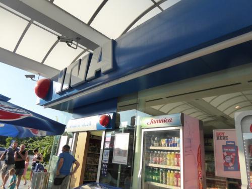 パーキングエリアで休憩。INAはクロアチアの石油会社のようです。