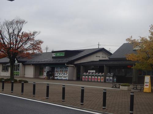 福島県の新白河駅からバスに乗り換えて出発のはずが・・・・<br /><br />新白河駅で降りれなかったツアー参加者がいたようで、到着を待ち出発!!<br /><br />福島県から山形県へ<br /><br />2時間以上かかるので、トイレ休憩 1回