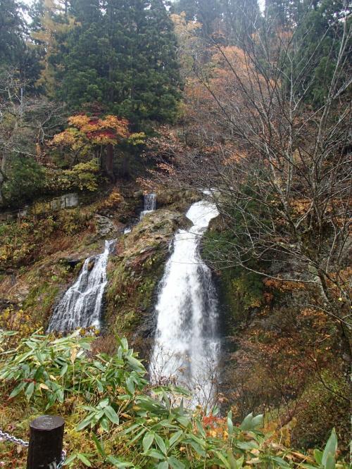 白銀の滝<br /><br /><br />落差は22メートルで、滝の周囲には銀鉱山跡の洞窟や滝の不動尊などがあります。