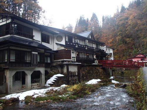 雪が残ってました<br /><br />雪の銀山温泉見て見たいな・・・(*˘?˘*).:*?