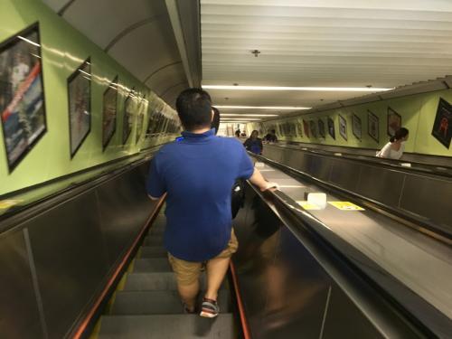 4日目です。<br />この日は特に予定もなかったので、香港でどうしても食べてみたかった土鍋炊き込みご飯のお店を目指して、香港大學駅を目指しました。<br />駅を降りると、かなり長いエスカレーターがありました。