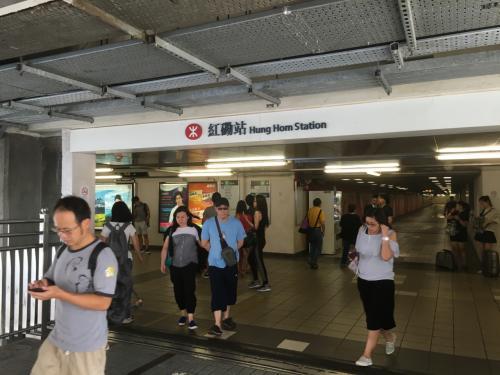 その後、香港の街をぶらぶらするか迷いましたが、しばらく香港に来ることもないかと思い、以前から気になっていた街である深圳へ向かいました。<br />とりあえず、MTRで紅磡駅へ到着。