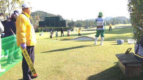 練習グリーンでは各選手がスタート前の調整をしていました。
