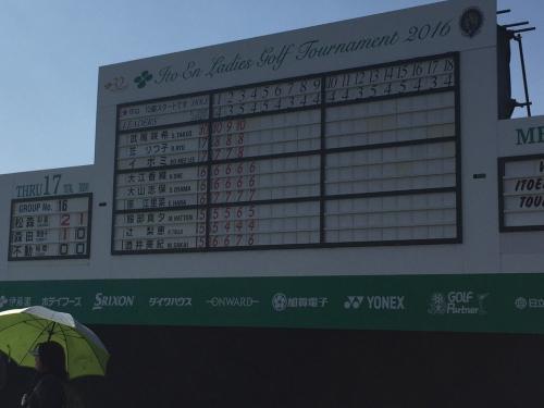 この時間帯ではインスタートした松森彩夏選手 森田理香子選手 不動裕理選手<br />の組が18番グリーンに上がってきました。