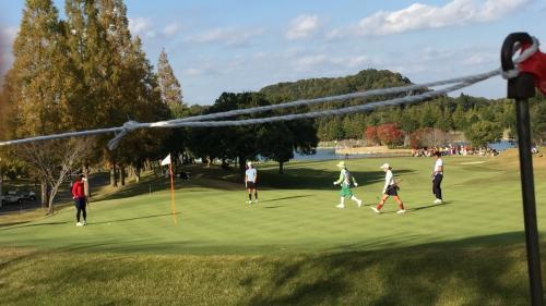 16番グリーンです。<br />大山志保選手 原江里菜選手 大江香織選手がやって来ました。<br />大山選手は右の木越えでピン右2メートルに付けてナイスバーディーでした。
