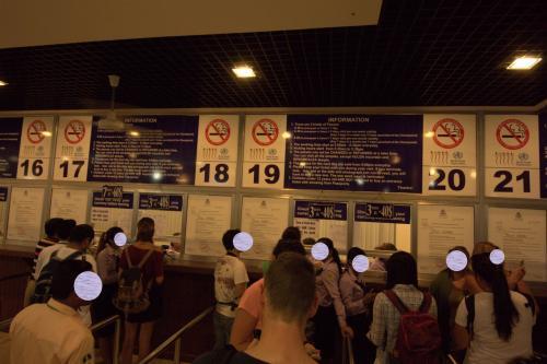 早朝のチケットセンター、すでにこの賑わいです。<br /><br />購入するチケットによって列が違います。一日券とか三日券とか、、<br /><br />みなさん朝早くから行動してます。