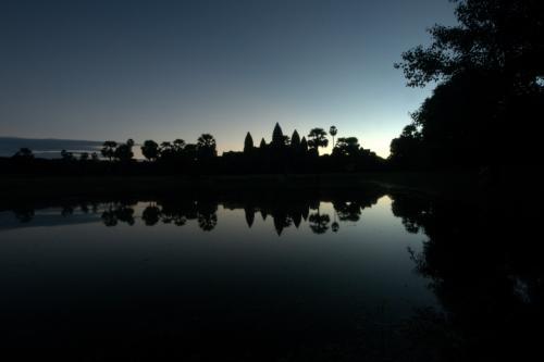 まずは南側の聖池へ、<br /><br />池に映る逆さアンコールワットが綺麗です。