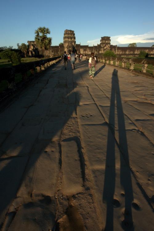 西塔門へと続く西参道の石畳。<br />朝陽に照らされ伸びる影。