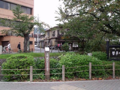 銀閣寺近くの哲学の道に京都トレイルの道標がある。