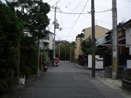 道は斜めに入り、北白川の住宅街に入る。