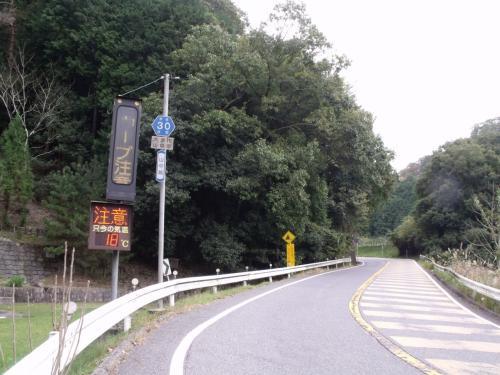 仕方がなくひきつづきこの道、県道30号を上がることに