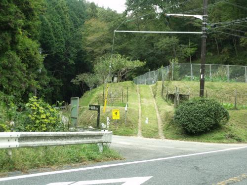 楽しくない車道歩きで、銀閣寺から約一時間の上り<br /><br />志賀峠の道標!<br />ここを入ってみよう<br />
