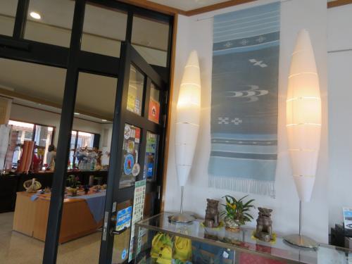 店内は撮影NGでしたが、石垣ブルーの織物やシーサーの小物,置き物&お土産類が多数販売されていました。