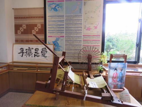 店内の入り口には古来からの文化を伝承すべく、説明文と昔ながらの織り機が展示されています・・