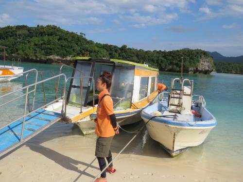 フォートラ的にグラスボートも乗っておこうと、気乗りしない夫は浜で待ってもらって~一人乗り込みます・・