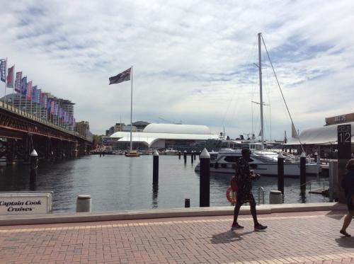 シドニー、思ってたより寒いです。<br /><br />まずは、ダーリングハーバーへ。<br />ここには、シドニー水族館、ワイルドライフシドニー(動物園)、マダムタッソーがあります。